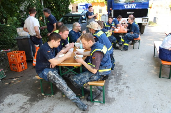 德國THW的志工在2013水災搜救行動中享用炊事班提供的飲食